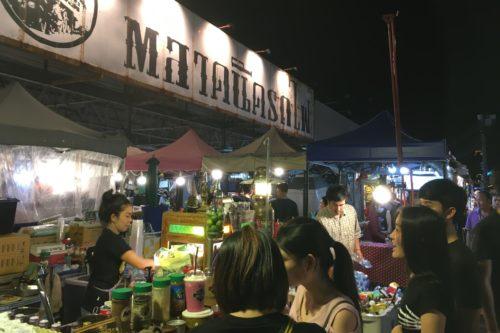 タイバンコク旅行 ラチャダー鉄道市場